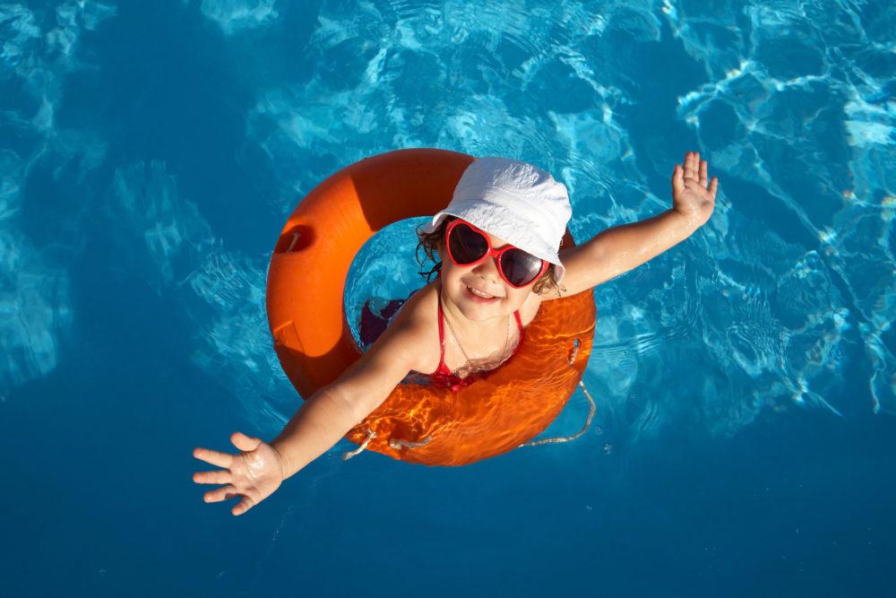 Родители, ребенок в бассейне